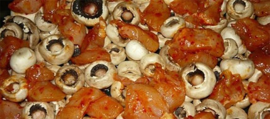 Ciuperci cu piept de pui si cartofi la cuptor