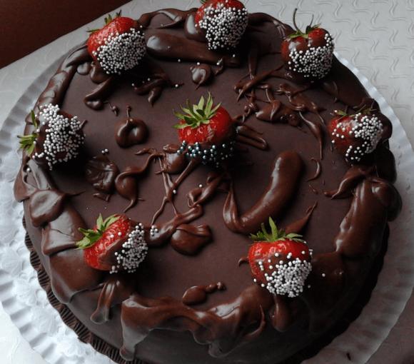 tort-de-ciocolata-cu-crema-de-capsuni
