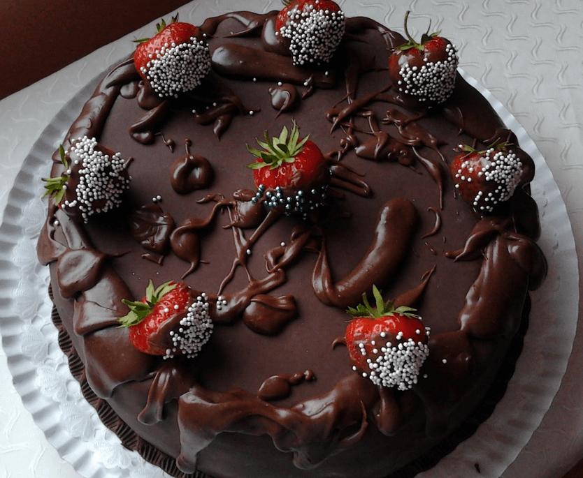 Tort de ciocolata cu crema de capsuni